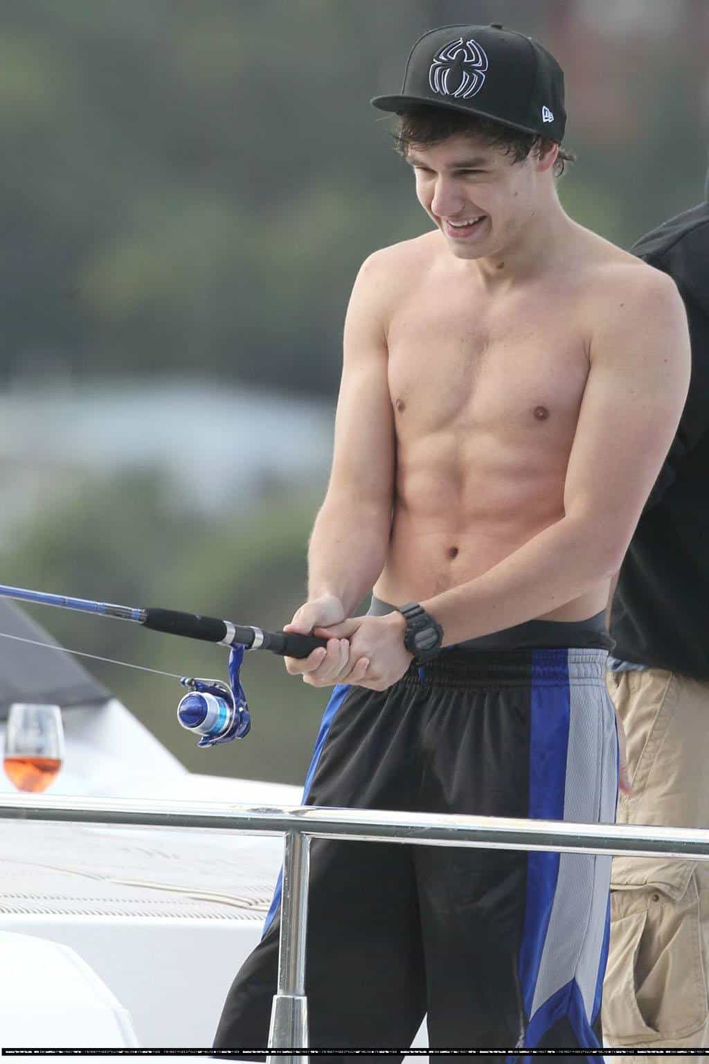 Liam Payne Shirtless On Boat In Sydney With One Direction imageLiam Payne Shirt Off
