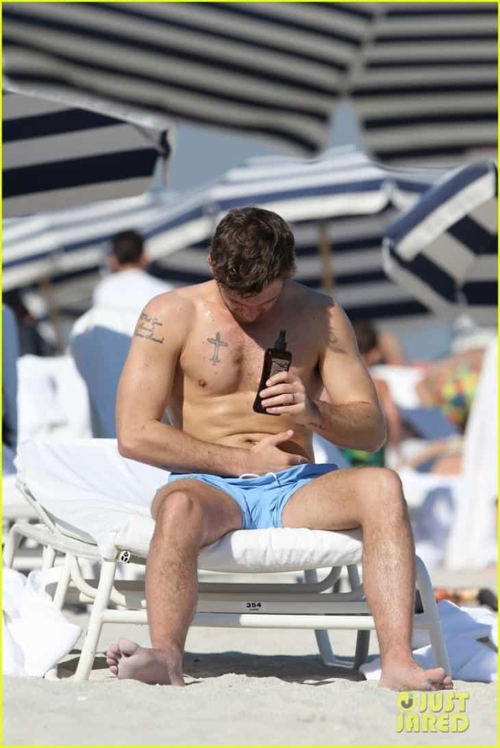 alex-pettyfer-goes-shirtless-sexy-for-miami-beach-day-03