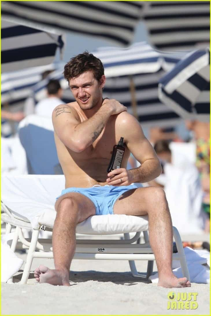 alex-pettyfer-goes-shirtless-sexy-for-miami-beach-day-10