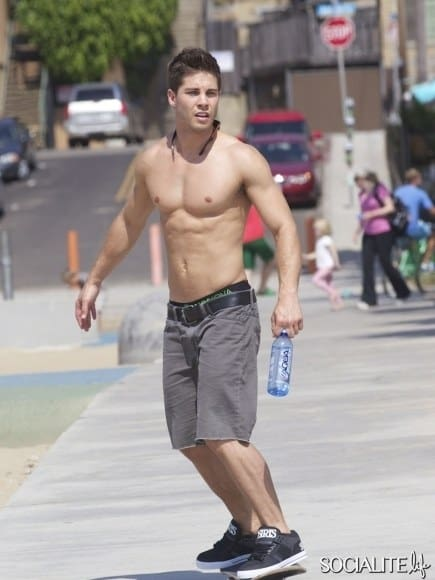 dean-geyer-shirtless-skateboarding-10042012-04-435x580
