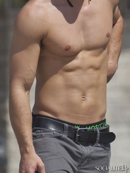 dean-geyer-shirtless-skateboarding-10042012-05-435x580